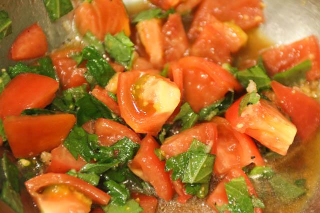 大葉(青じそ)とトマトの冷製パスタ 切ったトマトと大葉を混ぜる
