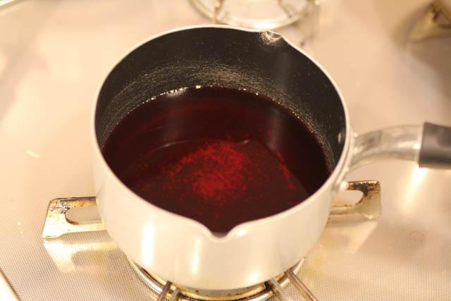 赤しそジュースを温めます
