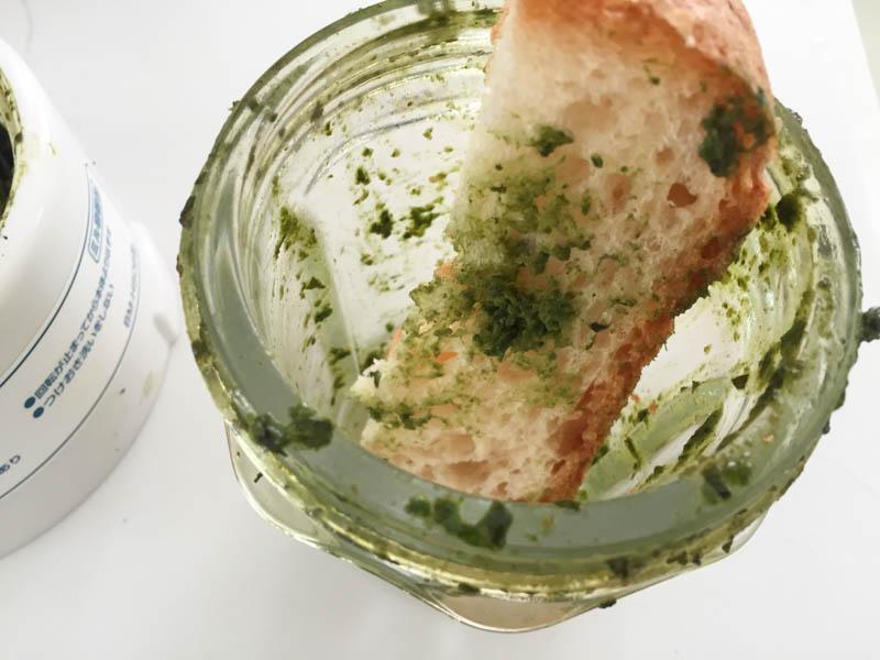 ジェノバソース(バジルソース)をお掃除しつつパンに塗る