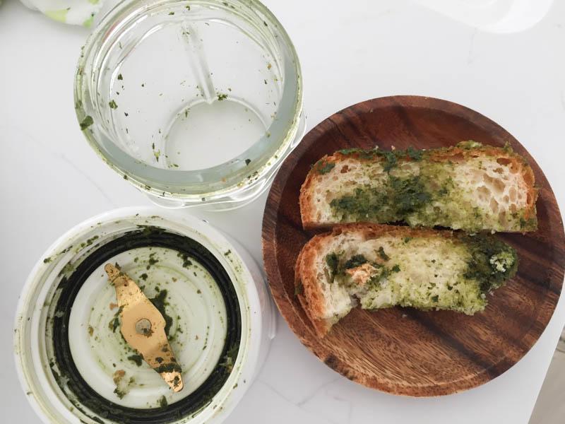 ジェノバソース(バジルソース)パンにつけて食べよう