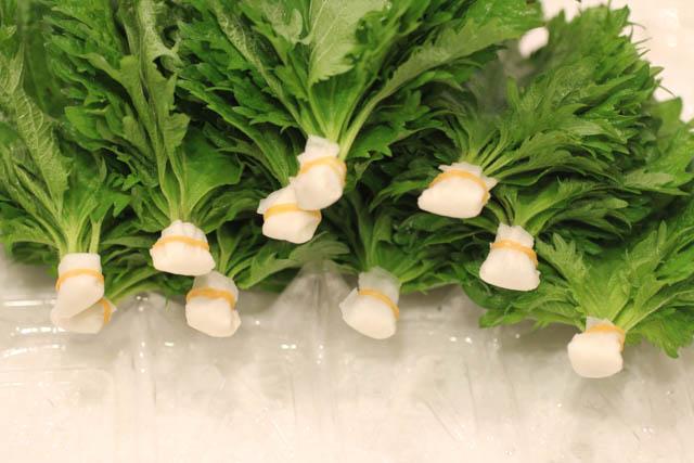 すべての大葉の茎に水を吸わせる