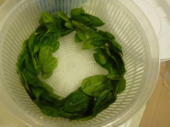 野菜の水切りは遠心力で水分を飛ばします