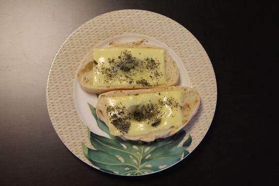 チーズとバジルのトースト