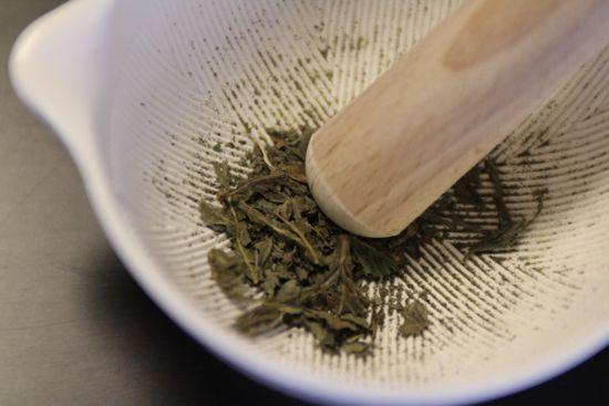 乾燥バジル(ドライバジル)の作り方 すり鉢でする