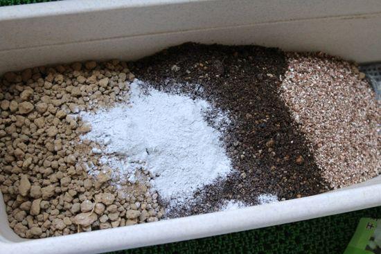 ハーブの土をつくる(赤玉土(あかだまつち)、腐葉土(ふようど)、バーミキュライト、苦土石灰(くどせっかい))